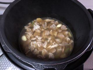 咖喱牛肉饭,转入电压力锅,选择牛羊肉功能