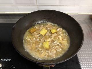 咖喱牛肉饭,再次转入锅中,加入咖喱块大火烧开,搅匀