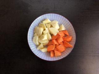 咖喱牛肉饭,土豆胡萝卜切块备用