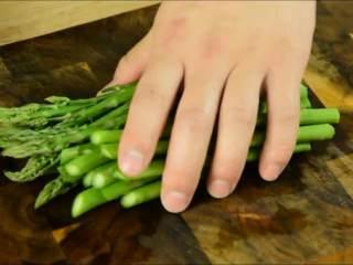 芦笋这么做,好吃又健康,芦笋洗净对半切开。