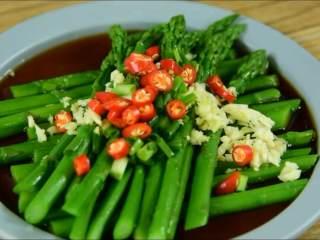 芦笋这么做,好吃又健康,沥干摆盘淋入调味汁,加蒜末、葱花、小米椒,淋热油即可。