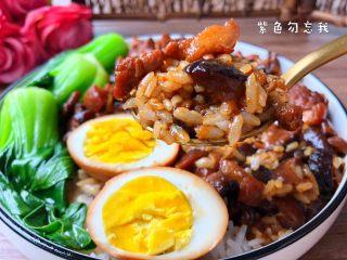 台式卤肉饭,盛一碗米饭,浇一勺卤肉上去,再把鸡蛋对半切开放到饭上,放上青菜即可。