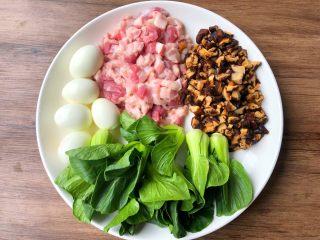 台式卤肉饭,首先把鸡蛋连壳放锅里煮熟,煮好剥掉外壳,五花肉清洗干净切成小块,干香菇提前泡发,泡发好清洗干净切成丁,小青菜清洗干净待用。