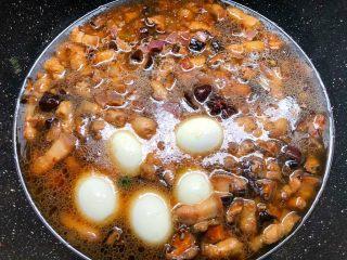 台式卤肉饭,翻炒好加入八角,冰糖,鸡蛋,再倒入炸好的洋葱,加入适量水,水量盖过食材3厘米左右,盖上盖子,大火把水烧开,转中火炖一个小时。