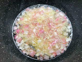台式卤肉饭,锅里放入适量油烧热,把洋葱放入,炸至金黄色,捞出沥干油待用。