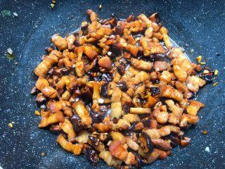台式卤肉饭,待五花肉煸炒出油以后,加入香菇末,葱白,姜蒜末炒出香味,加入3勺生抽,2勺老抽,1勺蚝油,2勺料酒翻炒2分钟。