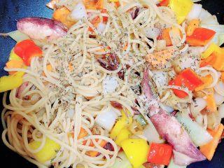 罗勒笔管鱿鱼意面,最后加入一些黑胡椒粉和罗勒碎,翻炒均匀即可出锅了。