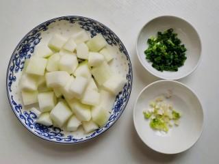 红烧冬瓜 做出红烧肉的味道,将冬瓜去皮切块,香葱切成葱花备用。  在挑选冬瓜时要注意:挑选外形均匀,没有斑点,肉质厚且瓜瓤少的。外面市场和超市经常会切开卖,可以用手掂量一下轻重。分量重且水分足、瓜瓤少的冬瓜为佳;如果是分量轻且肉质疏松、瓜瓤多的冬瓜品质相对差些。倒入适量食用油加热。  我用的是菜籽油,炒菜煮肉都会有特别的油香味。