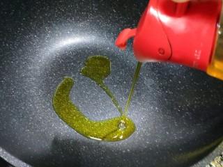 红烧冬瓜 做出红烧肉的味道,倒入适量食用油加热。  我用的是菜籽油,炒菜煮肉都会有特别的油香味。