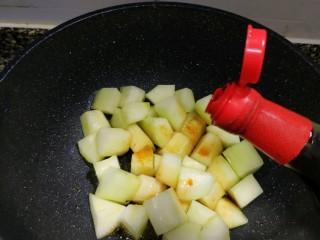 红烧冬瓜 做出红烧肉的味道,老抽2汤匙。  特意加稍微多一点的老抽,这样煮出的成品会比较像红烧肉,哈哈。
