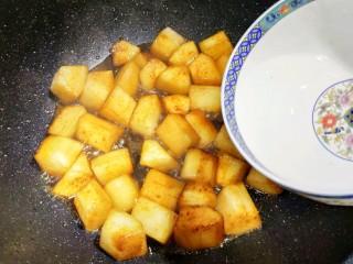 红烧冬瓜 做出红烧肉的味道,翻炒均匀后倒入清水焖煮。