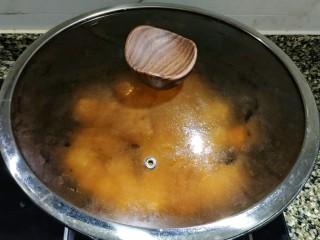 红烧冬瓜 做出红烧肉的味道,盖上锅盖转中小火焖煮,要将冬瓜焖熟焖软。