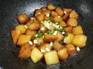 红烧冬瓜 做出红烧肉的味道,大火收汁,撒上葱花即可出锅。  不要收汁太干,留一点汤汁泡饭吃,味道可赞了。