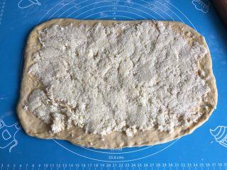 南瓜椰蓉面包,取一半馅料均匀的铺在面片上