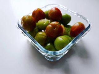 潮汕毂(ka)蜡李,拍碎的李子,呈裂开状,花生末和香菜梅汁能渗入果肉。