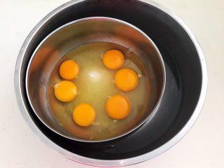 蓝莓无水海绵蛋糕,把装有鸡蛋的大碗坐在热水上面