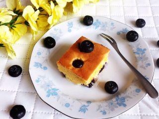 蓝莓无水海绵蛋糕,蓝莓无水海绵蛋糕松软香甜,还有浓郁的蓝莓果香,口味独特,好吃又好看~