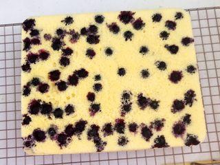 蓝莓无水海绵蛋糕,蛋糕凉透可以脱模了