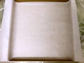 海苔肉松小贝,三能金盘里铺上锡纸备用