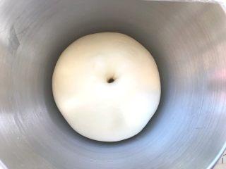 烫种芝麻辫子面包,发酵好的面团手指沾点干粉按下去,有个圆圆的洞,轻微回弹即可