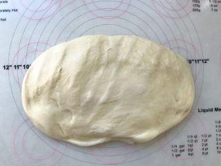 烫种芝麻辫子面包,将面团取出,按压排出大气泡