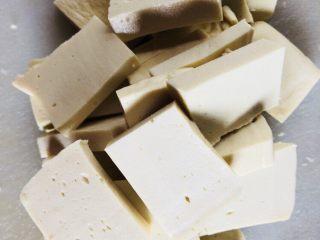 上海青炒豆腐,再切片,备用。