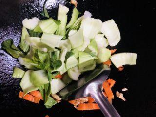 上海青炒豆腐,加入菜梗翻炒片刻