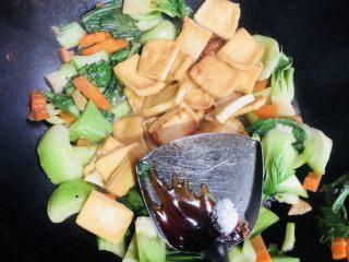 上海青炒豆腐,加入适量蚝油和盐。翻炒均匀装盘即可。
