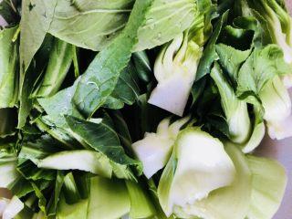 上海青炒豆腐,洗净切段,菜梗和叶子稍微分离