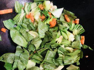 上海青炒豆腐,加入菜叶翻炒