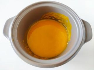 南瓜蜜豆馒头,南瓜去皮蒸熟之后加少许水入榨汁杯中,榨成南瓜泥倒入和面盆中备用。