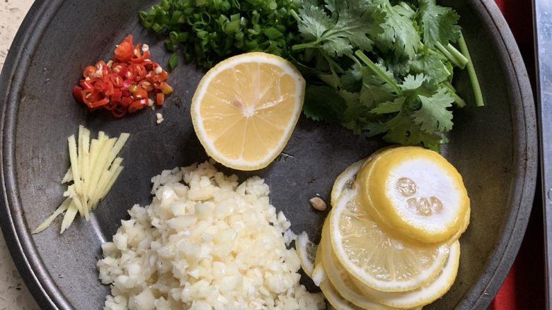 蒜香柠檬鸡,<a style='color:red;display:inline-block;' href='/shicai/ 595'>柠檬</a>切片,留一小半挤汁。其余配料切碎。