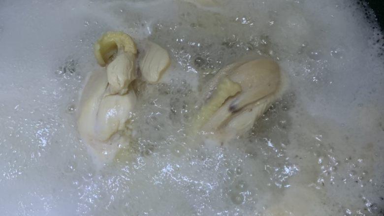 蒜香柠檬鸡,煮鸡腿。一定要煮熟,不会再二次加热了。