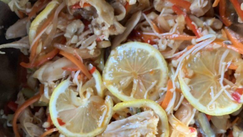 蒜香柠檬鸡,放柠檬片拌匀。