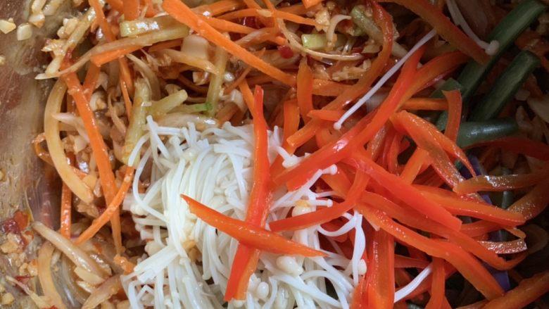 蒜香柠檬鸡,放凉的蔬菜倒进去拌匀。