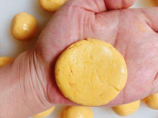 南瓜糯米夹心饼,将小面团按扁,大小和饼干大小一致。