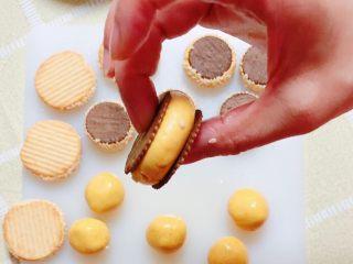 南瓜糯米夹心饼,南瓜糯米馅儿两面盖上一片饼干。