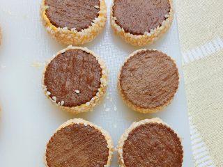 南瓜糯米夹心饼,南瓜糯米夹心饼就一个个做好了。