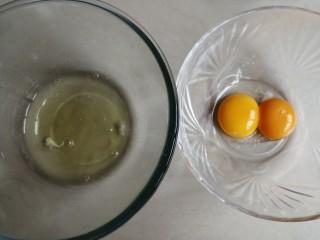 可可味小蛋糕卷,蛋黄和蛋清打在两个无水无油的盆里。