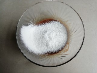 可可味小蛋糕卷,把面粉过筛进去。