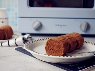 可可味小蛋糕卷,撕掉底部的油纸,卷起即可。
