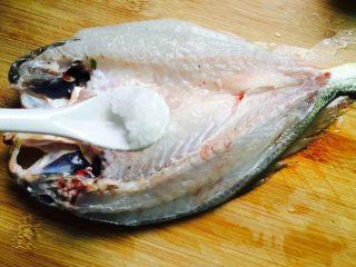 广式清蒸黄鱼,取1小茶匙盐均匀涂抹鱼身