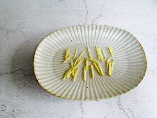 广式清蒸黄鱼,取一盘子放入姜丝