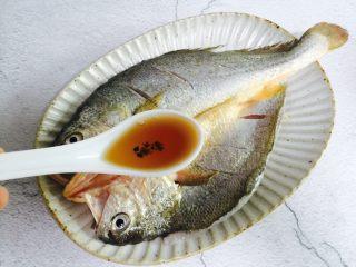 广式清蒸黄鱼,将鱼码入盘中加两勺料酒