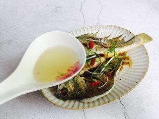 广式清蒸黄鱼,锅中加入适量的食用油加热至冒烟然后淋入鱼身上,哧啦声响,葱香四溢