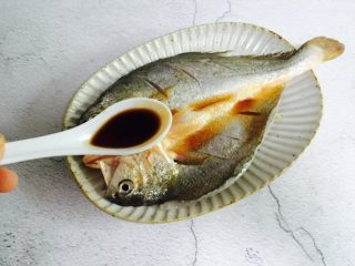 广式清蒸黄鱼,一勺蒸鱼豉油