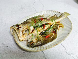 广式清蒸黄鱼,放入葱丝、枸杞