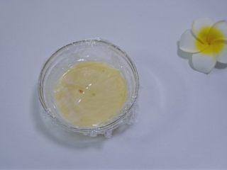 夏天冰品之网红大白兔奶糖冰淇淋,取保鲜膜将奶酱贴面盖住,放入冰箱冷藏至冷却!