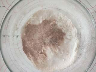 咖啡乳酪马芬,2、将材料A过筛。