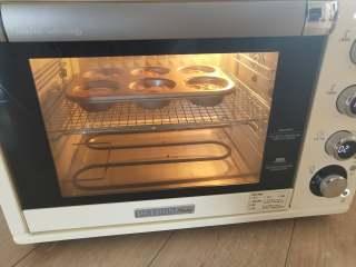 咖啡乳酪马芬,7、柏翠5400烤箱中层 180度余热,烘烤18到20分钟即可。